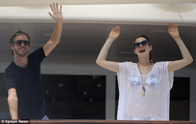 Anne Hathaway and Adam Shulman on yacht 2015
