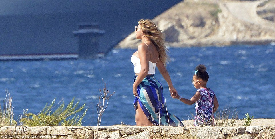 beyonce and blue ivy on superyacht vacation in sardinia renting motor yacht Galactica Star