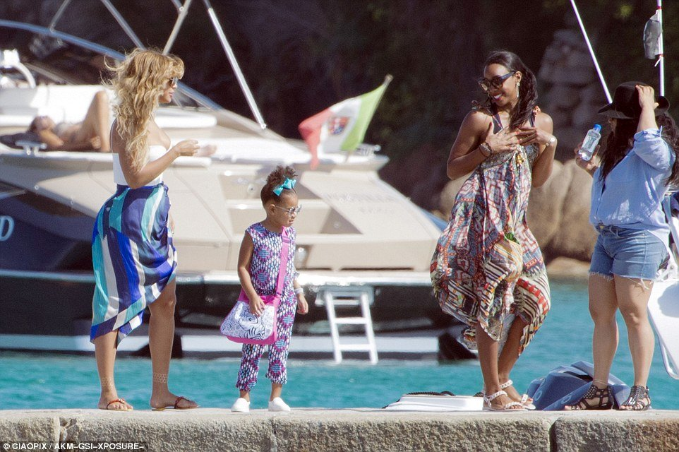 beyonce and daughter blue ivy carter with fellow destiny's child star kelly rowland in sardinia